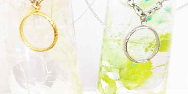 思い出の保存に ハーバリウムは指輪などのアクセサリーを瓶の中に入れて 大切な記念日に